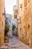 以色列旗子飞行在犹太区在耶路撒冷,以色列 库存图片