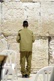 以色列祈祷的战士 免版税库存照片