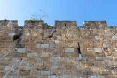 198/5000以色列耶路撒冷,老城市墙壁的看法,从下面拍摄了有在墙壁上的背景反对一明亮蓝色 免版税库存图片