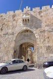 以色列耶路撒冷 - 2月19日 2017年 在入口的停放的汽车对耶路撒冷旧城汽车两阿拉伯女孩在国民坐 图库摄影