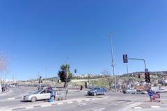 以色列耶路撒冷 - 2月19日 2017年 汽车交叉路在耶路撒冷旧城附近的耶路撒冷 库存图片