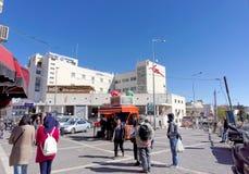 以色列耶路撒冷 - 2月19日 2017年 阿拉伯人当地居民和游人在一个小正方形走在警察局附近 免版税库存照片