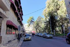 以色列耶路撒冷 - 2月19日 2017年 阿拉伯人当地居民沿一条狭窄的街道走在耶路撒冷在耶路撒冷旧城附近 免版税库存图片