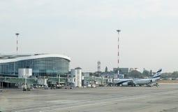 以色列航空公司以色列航空飞机在清早站立在机场主楼在本古理安机场,在附近 库存图片