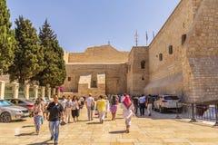 以色列,巴勒斯坦当局,伯利恒、参观圣诞教堂的2018年9月11日,香客和游人 免版税库存图片