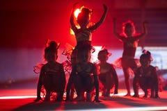 以色列,特拉唯夫,滑稽的服装的尼斯小女孩执行在阶段的舞蹈 库存图片