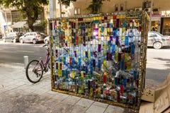 以色列,特拉维夫- 2011年9月9日:塑料瓶回收的垃圾桶在Dizengoff街上 免版税库存照片