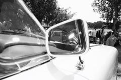 以色列, PETAH TIQWA - 2016年5月14日:技术古董的陈列 汽车旁边镜子在Petah Tiqwa,以色列 库存照片