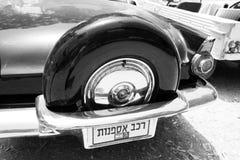 以色列, PETAH TIQWA - 2016年5月14日:技术古董的陈列 老减速火箭的汽车背面图在Petah Tiqwa,以色列 图库摄影