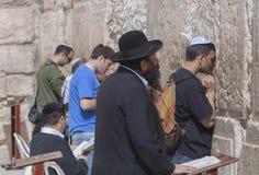 以色列-老市耶路撒冷-祈祷在wa的犹太人民 免版税库存照片