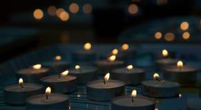以记念在二战死的犹太人的纪念蜡烛 免版税库存照片