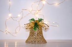 以金铃的形式圣诞装饰在白色背景 诗歌选光在白色背景的 免版税库存照片