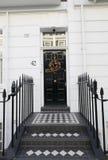 以铺磁砖的步为特色的英王乔治一世至三世时期门 免版税库存图片