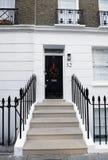 以铺磁砖的步为特色的英王乔治一世至三世时期门 免版税图库摄影