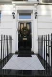 以铺磁砖的步为特色的英王乔治一世至三世时期门 库存照片