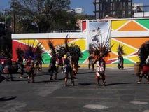 以阿兹台克国家舞蹈家为特色的当地美洲印第安人部族跳舞在第一个人节日 免版税库存图片