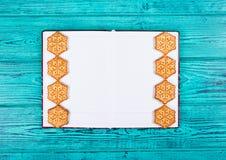 以雪花和一个开放笔记薄的形式自创曲奇饼 模板和背景 库存照片