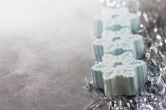 以雪花的形式手工制造肥皂,自然化妆用品概念 安置文本 图库摄影