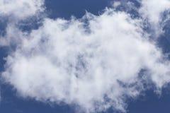 以黑暗的天空为背景的一朵美丽,大云彩 图库摄影