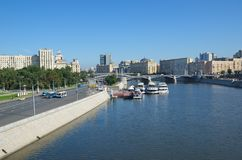 以Moskva河和Berezhkovskaya堤防,莫斯科,俄罗斯为目的都市风景 免版税图库摄影