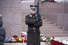 仪仗队在一座纪念碑的对自由拉脱维亚里加 库存照片