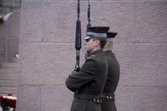 仪仗队在一座纪念碑的对自由拉脱维亚里加 免版税库存照片