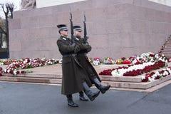 仪仗队在一座纪念碑的对自由拉脱维亚里加 免版税库存图片