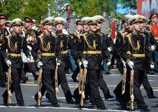 仪仗队的战士一个分开的指挥官` s变貌军团的在一次军事游行的 库存图片