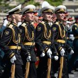 仪仗队的战士一个分开的指挥官` s变貌军团的在一次军事游行的 库存照片