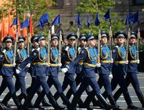 仪仗队的战士分开的指挥官` s变貌军团的在军事游行的以纪念胜者 免版税库存照片