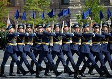 仪仗队的战士分开的指挥官` s变貌军团的在军事游行的以纪念胜者 库存图片