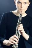 仪器音乐oboe双簧管吹奏者使用 免版税图库摄影