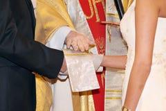 仪式有教会的夫妇他们的婚礼 免版税库存图片
