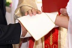 仪式有教会的夫妇他们的婚礼 免版税图库摄影