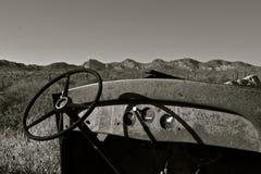 仪表板和一辆老卡车的方向盘 库存照片
