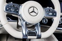 仪表板和方向盘有媒介的控制奔驰车S 63 AMG 4Matic V-8双涡轮的按钮2018年 汽车内部细节 免版税库存照片
