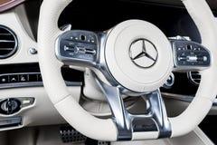 仪表板和方向盘有媒介的控制奔驰车S 63 AMG 4Matic V-8双涡轮的按钮2018年 汽车内部细节 免版税库存图片