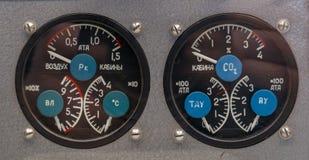 仪表板拨号盘在苏联航天器的客舱的显示preassure 免版税库存图片