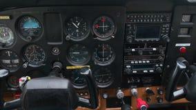 仪表板的特写镜头在小体育飞机,与仪表盘的轻的体育飞机驾驶舱的 影视素材