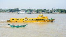 仰光水公共汽车或者水出租汽车在Hlaing河 在缅甸的公共交通, 12月2017 免版税库存图片