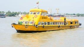 仰光水公共汽车或者水出租汽车在Hlaing河 在缅甸的公共交通, 12月2017 库存图片