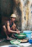 仰光,缅甸- 2019年3月:清洗胆量的屠户在开放街道货摊 免版税库存照片