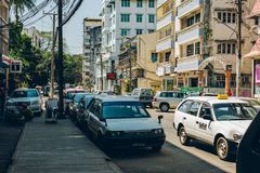 仰光,缅甸- 2014年2月19日:出租汽车和汽车街道视图  库存照片