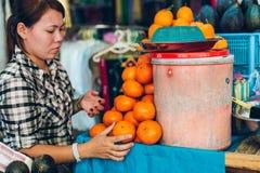 仰光,缅甸- 2014年2月19日:缅甸女性街道食物贩卖 免版税库存图片