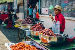 仰光,缅甸- 2014年2月19日:缅甸女性街道食物贩卖 免版税库存照片