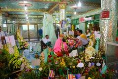 仰光,缅甸- 2016年10月13日:缅甸对耳语` Amadaw砂海螂南新的`天使的人尊敬在Botahtaung塔 免版税库存照片
