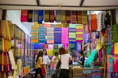 仰光,缅甸- 2016年10月12日:缅甸布裙商店在市场上 免版税库存照片