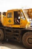 仰光/缅甸- 06 23 2014年:在他的卡车的建筑工人休息 免版税库存照片