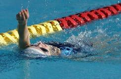 仰泳女孩一点游泳 免版税图库摄影