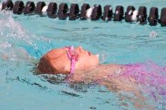 仰泳女孩池年轻人 免版税库存照片
